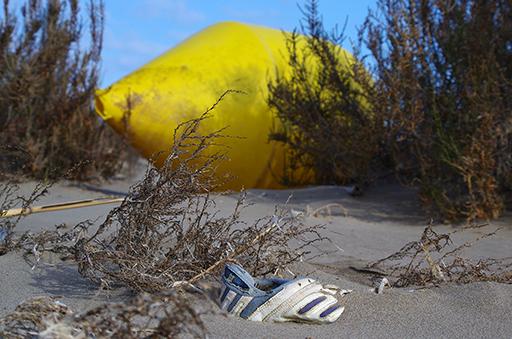 déchet plastique jaune - basket sur la plage - réserve naturelle Delta de l'Ebre - exposition Printemps des photographes à Sète - Couleurs méditerranéennes
