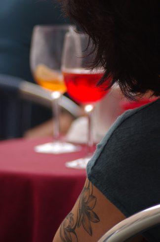 Tatouage bras - femme qui attend - Apéro Spritz Venise
