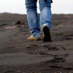 Traces de pied dans le sable - Sable noir - Lanzarote - Iles Canaries - Homme qui marche sur la plage