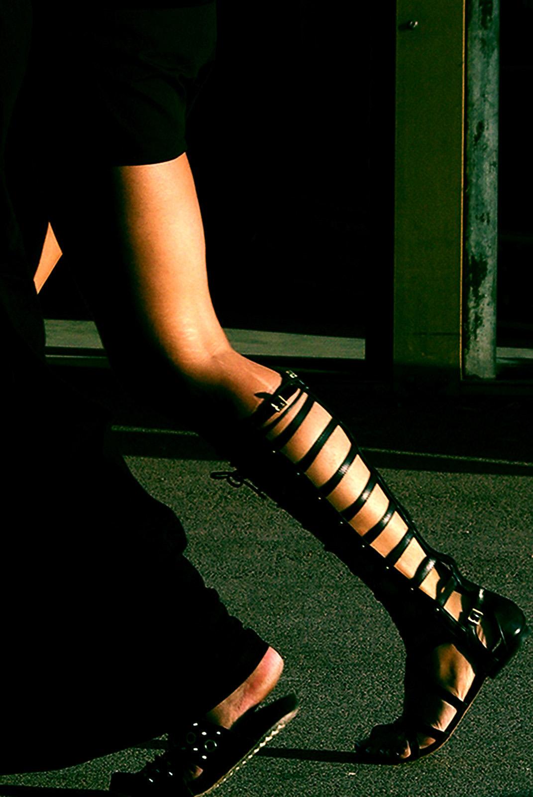 Jambes - marcher côte à côte - Rue de Cannes - Chaussure grecque - Chaussure à lacets