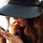 Portrait - Chapeau noir - Rouge à lèvre - Message portable