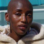 Portrait - Black - Femme chauve - Boucle d'oreille coquillage - Fourrure
