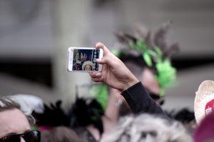 Téléphone portable - selfie - Foule