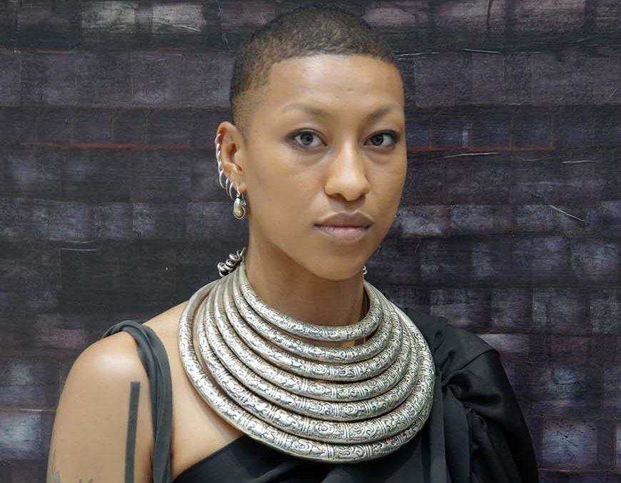 Portrait - Collier africain - Femme chauve - métisse